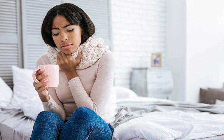 Đau rát cổ họng, khó nuốt, ngứa cổ họng là những triệu chứng điển hình của bệnh viêm họng