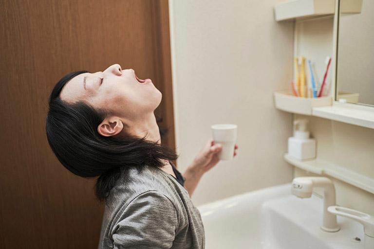 Bạn nên kiên trì súc miệng bằng nước muối 2 - 3 lần mỗi ngày để khắc phục triệu chứng của bệnh viêm họng