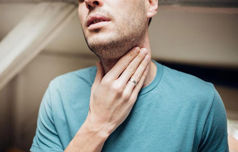 Khi bị viêm họng liên cầu khuẩn người bệnh sẽ có triệu chứng đau rát vùng cổ họng rất khó chịu