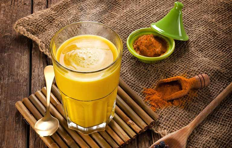 Giảm đau rát họng và bổ sung dưỡng chất cho cơ thể bằng cách uống sữa nghệ