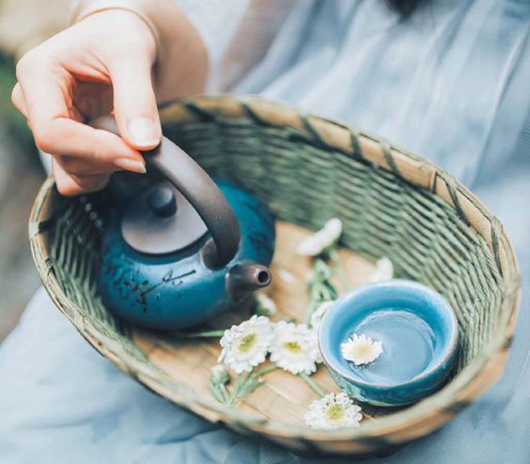 Uống trà thảo dược cũng là một trong những cách hỗ trợ điều trị đau rát tại nhà khá an toàn dành cho mẹ bầu