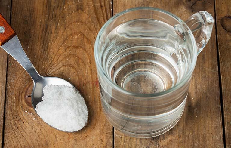 Súc miệng bằng nước muối ấm mỗi ngày để cải thiện tình trạng đau rát cổ họng cũng như ức chế vi khuẩn gây bệnh trú ngụ trong hốc