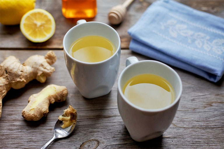 Dùng trà gừng mật ong ấm mỗi ngày để điều trị viêm amidan hốc mủ tại nhà