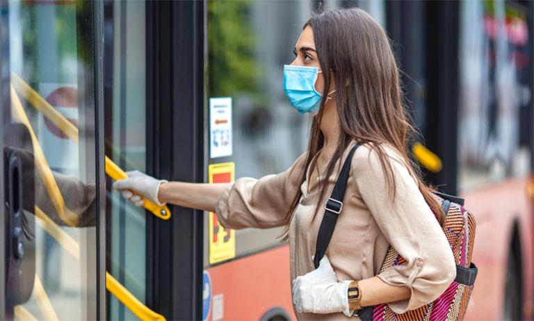 Đeo khẩu trang khi đi ra ngoài để phòng tránh các tác nhân gây bệnh và phòng ngừa lây bệnh đường hô hấp