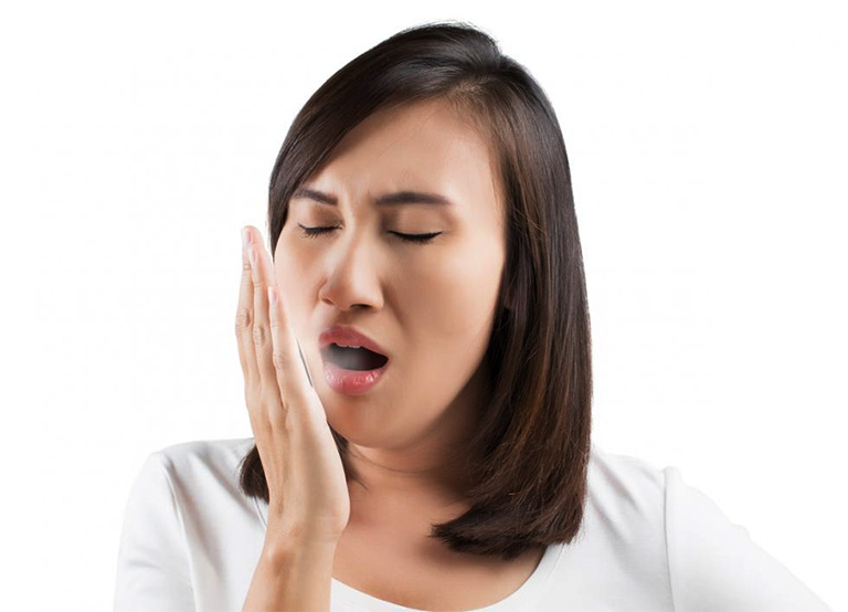 Hơi thở có mùi hôi khó chịu là triệu chứng thường gặp khi bị viêm amidan có mủ
