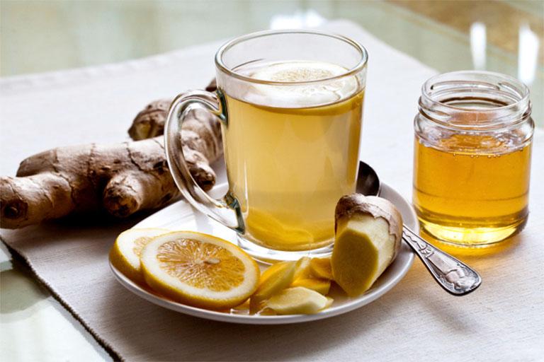 Dùng trà gừng mật ong vừa có tác dụng hỗ trợ trị viêm amidan nổi hạch ở cổ vừa giúp thanh lọc cơ thể, đào thải độc tố