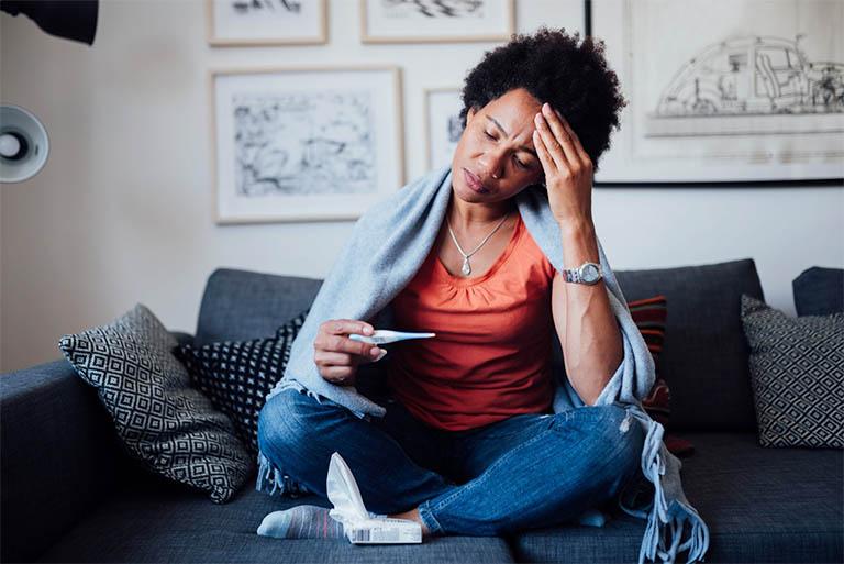 Sốt cao kéo dài là triệu chứng thường gặp khi bị viêm amidan nổi hạch ở cổ