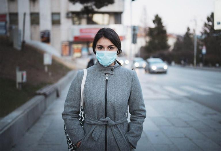 Đeo khẩu trang khi đi ra ngoài để phòng tránh các tác nhân gây hại cho đường hô hấp cũng như phòng lây nhiễm các bệnh lý khác