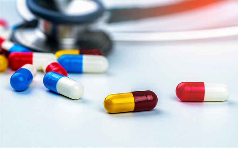Dùng thuốc kháng sinh trị viêm amidan nổi hạch ở cổ theo chỉ định của bác sĩ chuyên khoa