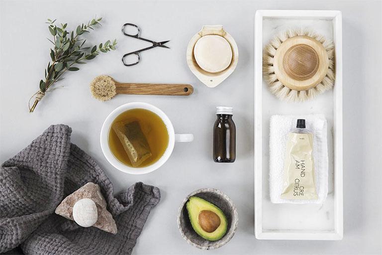 Ưu tiên sử dụng sản phẩm chăm sóc da được chiết xuất từ nguyên liệu thiên nhiên lành tính, không mùi và không chứa chất gây kích ứng