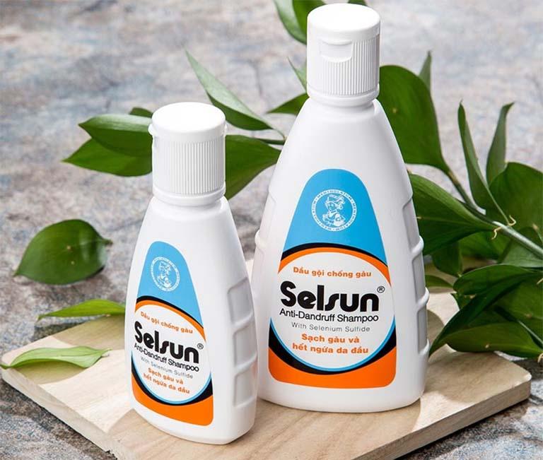 Dầu gội Selsun của hãng Rohto Nhật Bản chứa các thành phần có tác dụng hạn chế hoạt động tiết bã nhờn và ức chế nấm