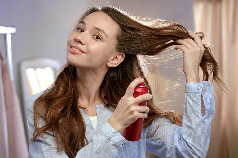 Cơ thể dị ứng với sản phẩm chăm sóc da đầu và mái tóc cũng có thể là nguyên nhân kích ứng tình trạng viêm da tiết bã bùng phát