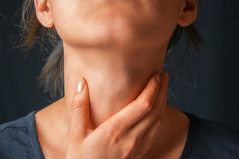 Ngoài triệu chứng viêm họng khạc đờm ra máu, người bệnh còn có thể gặp thêm một số biểu hiện khác như sưng họng, đau rát cổ họng, khó nuốt,...