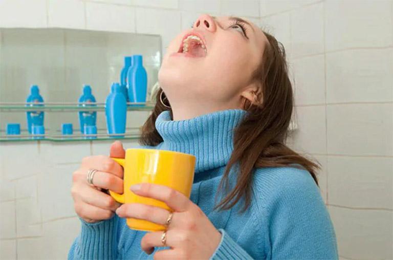 Súc miệng bằng nước muối ấm hoặc nước muối sinh lý mỗi ngày 3 - 4 lần để hỗ trợ điều trị viêm họng