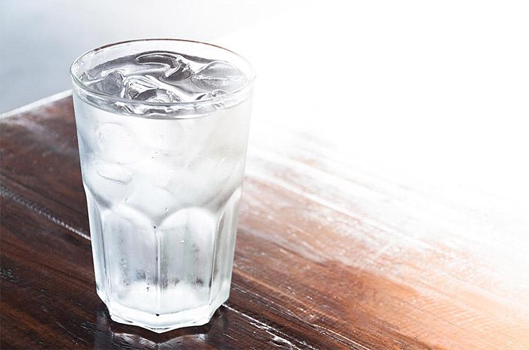 Bị viêm họng uống nước đá được không là từ khóa mà nhiều người bị viêm họng đi tìm câu trả lời