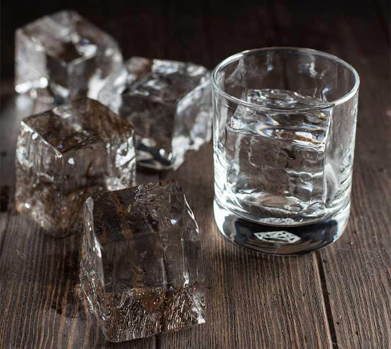 Nước đá không đảm bảo vệ sinh, chứa nhiều vi khuẩn có khả năng cao mắc bệnh viêm họng