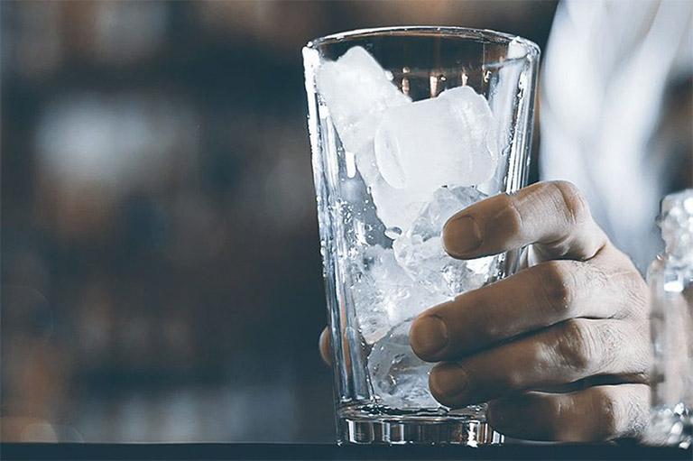 Thói quen uống nhiều nước đá lạnh sẽ làm gia tăng chất nhầy ở cổ họng