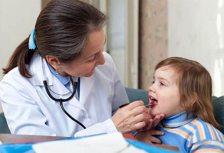 Gặp bác sĩ chuyên khoa tai mũi họng để thăm khám nếu nghi ngờ bản thân bị viêm amidan hay viêm VA