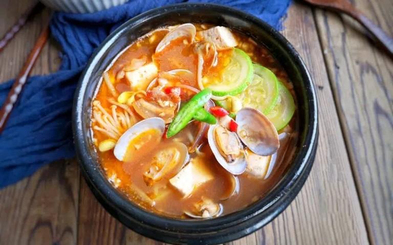 Canh nghêu nấu nấm kim châm là món ăn bổ thận tráng dương dành cho nam giới