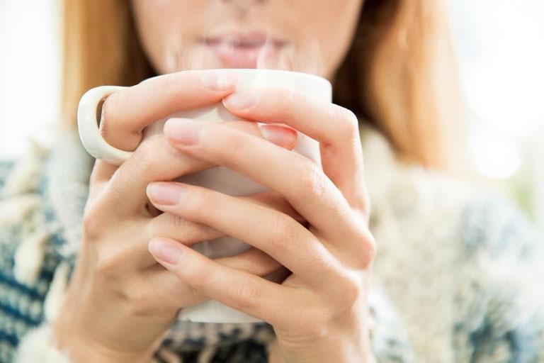 Khi bị ho gió người bệnh nên uống nhiều nước mỗi ngày, đặc biệt là nước ấm