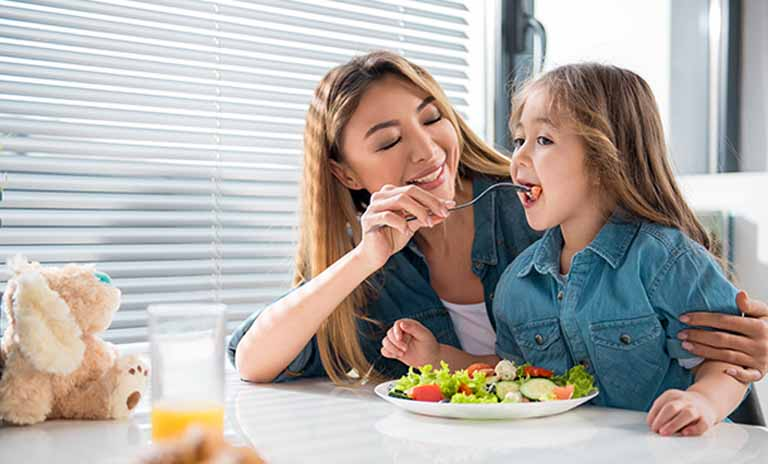 Mẹ nên cho trẻ ăn nhiều rau xanh và trái cây tươi để tăng cường sức đề kháng