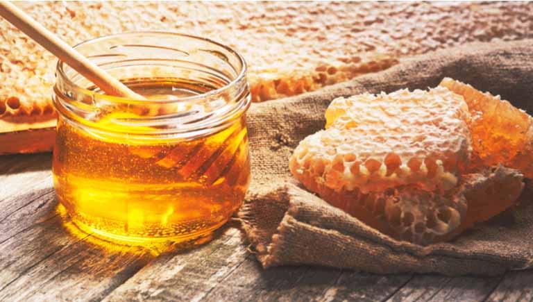 Mật ong là dược liệu có khả năng cải thiện các bệnh lý về đường hô hấp khá tốt, mẹ có thể tận dụng để chữa bệnh cho trẻ