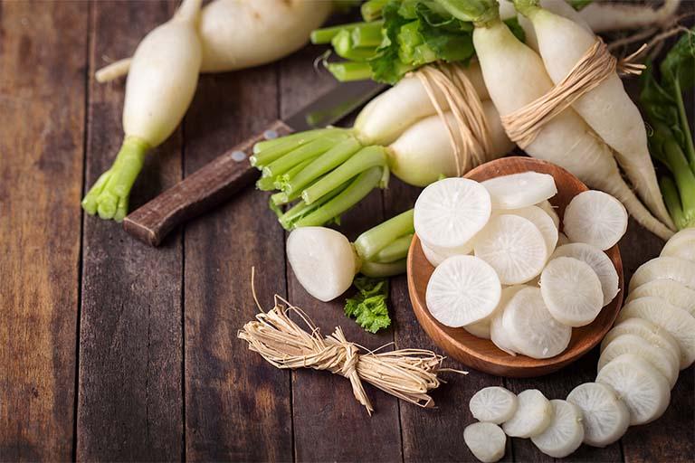 Thành phần hoạt chất Raphanin trong củ cải trắng có tác dụng ức chế và tiêu diệt vi khuẩn có khả năng gây viêm nhiễm đường hô hấp