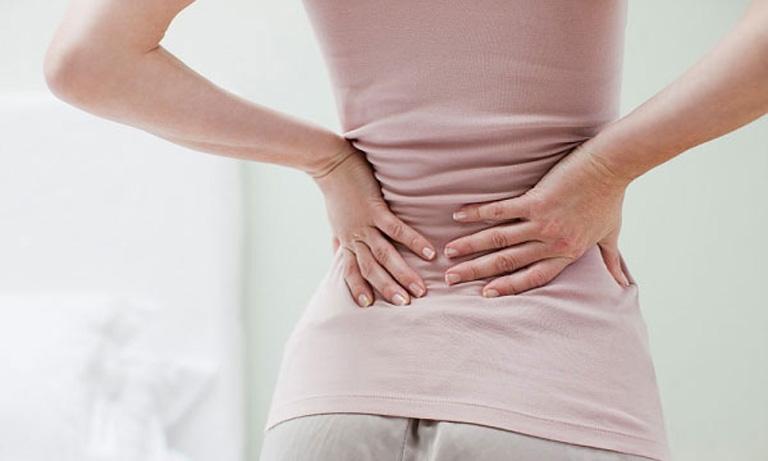 Thoái hóa cột sống thắt lưng gây đau nhức cột sống khiến người bệnh gặp khó khăn trong vận động