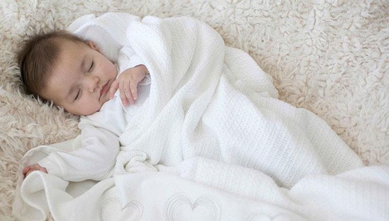 Chú ý giữ ấm cơ thể cho bé khi trời chuyển lạnh để tránh bị nhiễm lạnh, gây hại đến hệ hô hấp