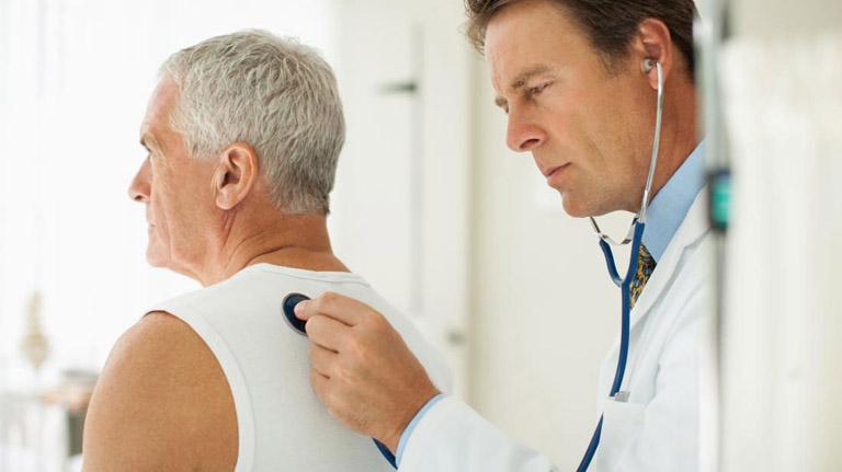 Thăm khám chuyên khoa ngay khi có triệu chứng ho đờm ra máu tươi để được hướng dẫn điều trị đúng cách
