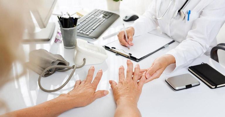 Thăm khám bác sĩ chuyên khoa xương khớp để được chẩn đoán bệnh và hướng dẫn điều trị đúng cách