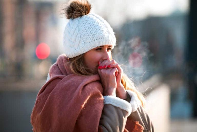 Nên giữ ấm cơ thể vào những ngày trời lạnh để tránh gây kích thích đến vòm họng
