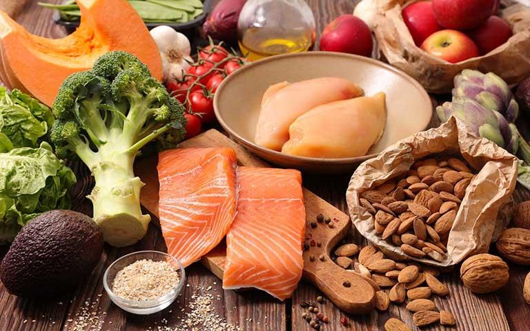 Bổ sung các loại thực phẩm lành mạnh và tốt cho xương khớp vào trong thực đơn ăn uống hàng ngày