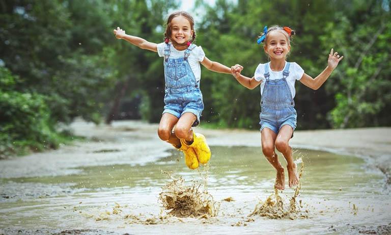 Môi trường sống và vui chơi của trẻ không đảm bảo là một trong những nguyên nhân gây ra bệnh