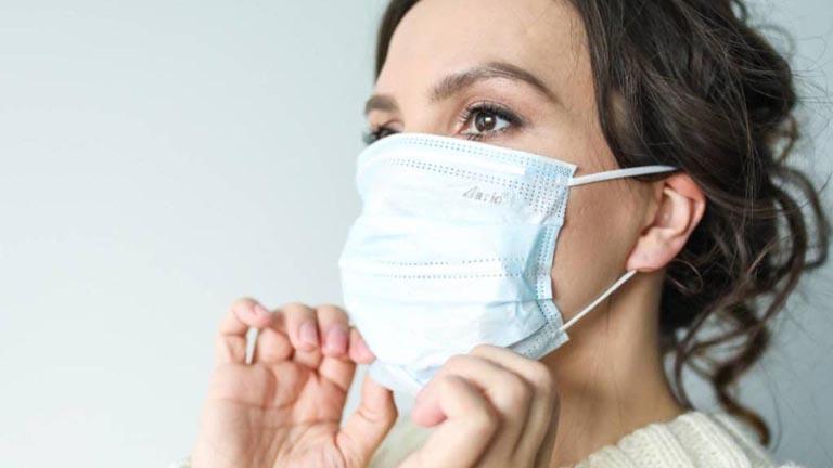 Đeo khẩu trang khi đi ra ngoài giúp bảo vệ hệ hô hấp khỏi sự xâm nhập và tấn công của vi khuẩn gây hại