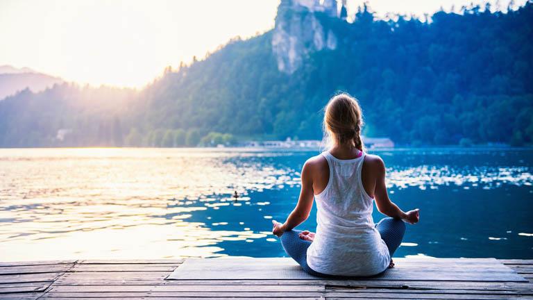 Tập yoga giúp thư giãn đầu óc, giải tỏa áp lực và hỗ trợ điều trị bệnh tại nhà