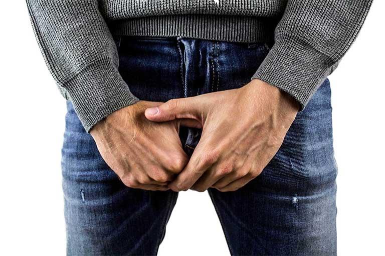 Nam giới có thể có cảm giác đau tức, tê cứng vùng phẫu thuật nhưng triệu chứng này có thể tiêu biến sau vài ngày đến vài tuần