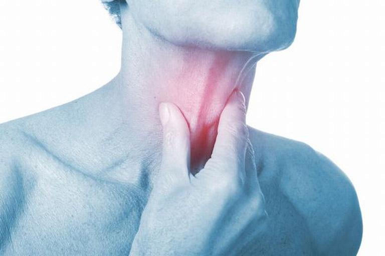 Khi bị ho gió người bệnh sẽ cảm thấy đau rát vùng cổ họng và gây khó khăn khi ăn uống