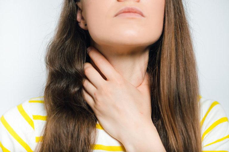 Viêm hầu họng tăng sinh mô hạt gây đau rát và vướng víu tại vùng cổ họng khiến người bệnh cảm thấy khó chịu