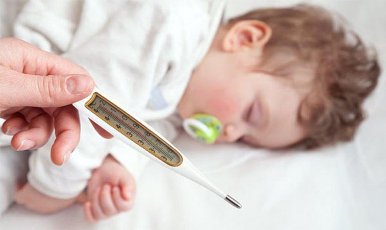 Khi trẻ có triệu chứng sốt cao mẹ cần phải hết sức lưu ý để tránh các biến chứng nguy hiểm