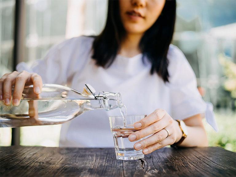 Uống đủ lượng nước vừa giúp cân bằng điện giải vừa giúp cải thiện hôi miệng do vi khuẩn HP gây ra