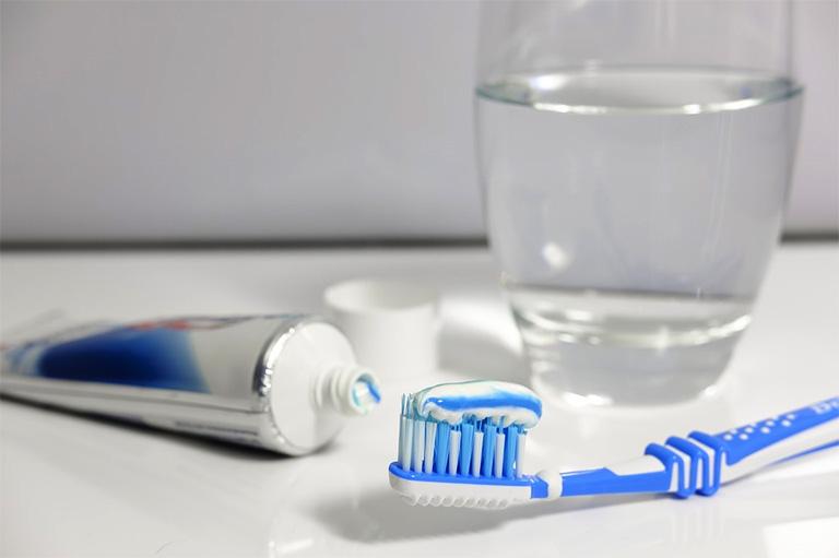 Vệ sinh răng miệng ít nhất mỗi ngày 2 lần vào mỗi buổi sáng và tối trước khi đi ngủ
