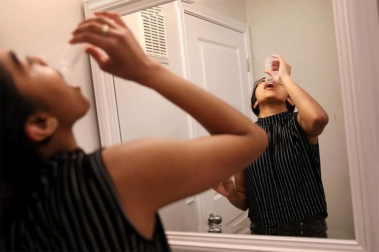 Thường xuyên súc miệng bằng nước muối sinh lý hoặc nước muối ấm để làm sạch khoang miệng và loại bỏ vi khuẩn đang trú ngụ ở khe hốc amidan