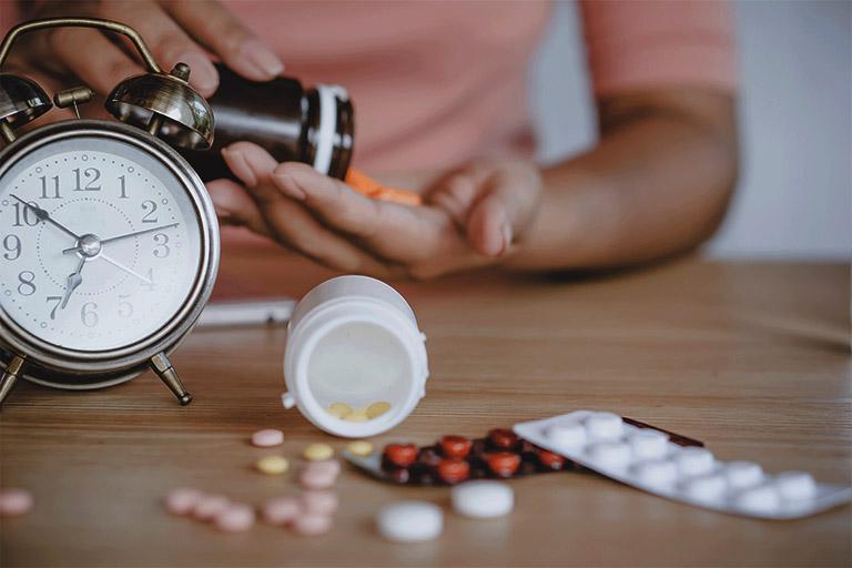 Dùng thuốc Tây y điều trị viêm amidan tái phát nhiều lần theo sự chỉ dẫn của bác sĩ chuyên khoa để phòng tránh các tác dụng phụ