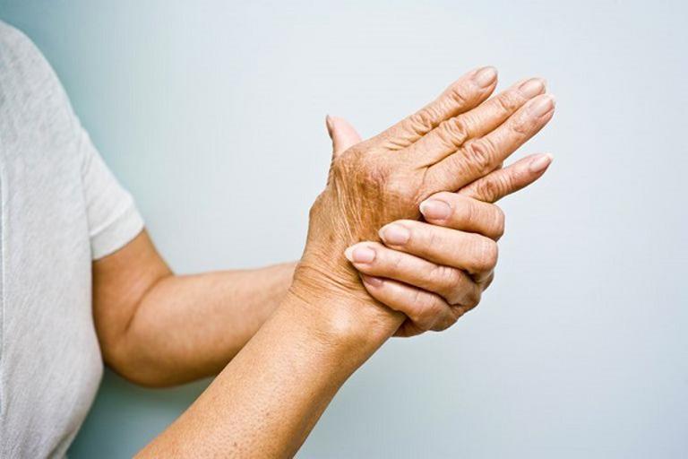 Bệnh gây ra triệu chứng đau nhức và cứng khớp khiến khả năng vận động của người bệnh bị hạn chế