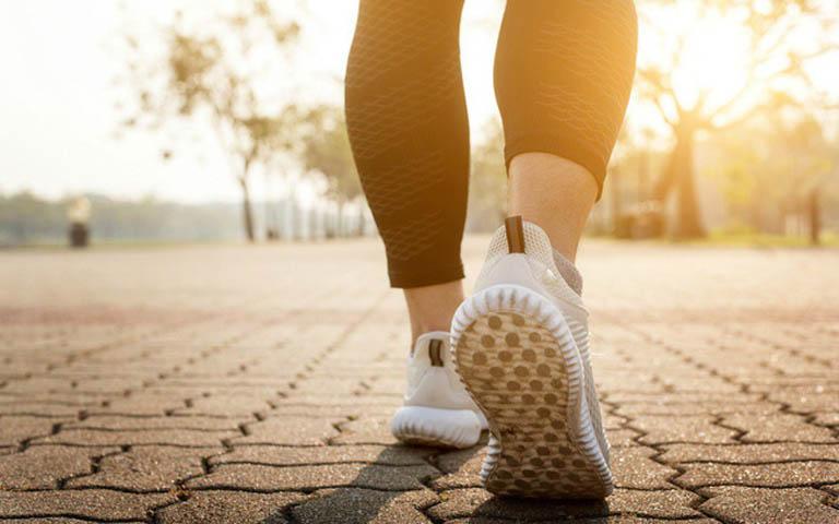 Đi bộ là bài tập tốt cho sức khỏe và giúp cải thiện độ bền chắc của xương khớp