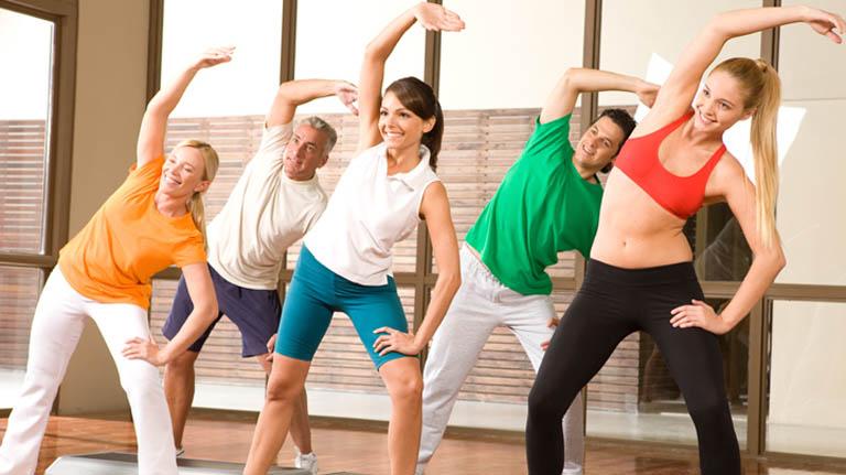Thực hiện các bài tập aerobic nhẹ nhàng cũng là phương pháp hỗ trợ điều trị viêm đa khớp khá tốt
