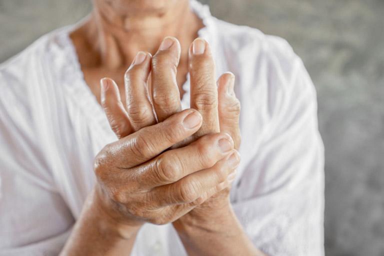 Viêm khớp dạng thấp gây tổn thương đến nhiều khớp trên cơ thể khiến người bệnh gặp khó khăn khi vận động