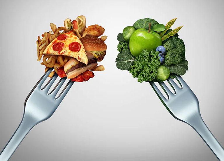 Tăng cường bổ sung nhiều rau xanh, hoa quả tươi và hạn chế các thức ăn nhanh, nhiều dầu mỡ không tốt cho đường ruột