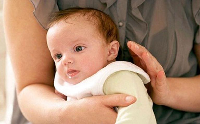 Vỗ rung giúp loại bỏ đờm trong ống hô hấp của trẻ, phòng ngừa bít tắc gây nghẽn đường thở